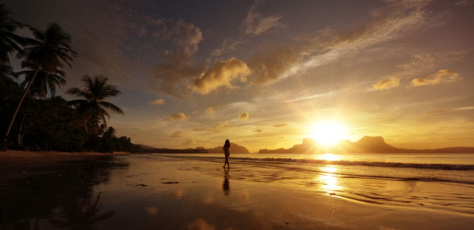 hawaii-woman-sunset-walk-680x330
